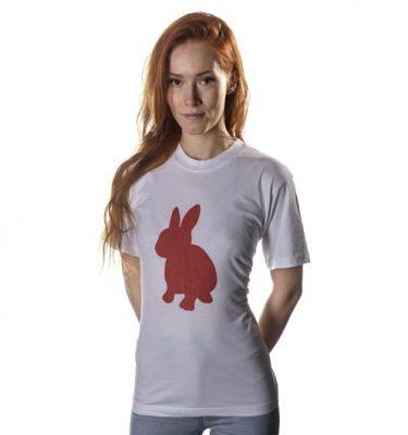 Hvit t-skjorte med rød kanin.