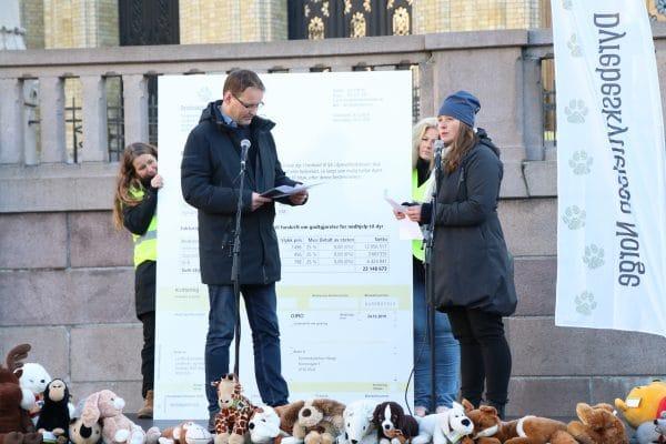 Statssekretær Widar Skogan (KrF) mottar faktura for fjorårets arbeid med hjemløse dyr. Foto: Annette Bjørndalen Søreide.