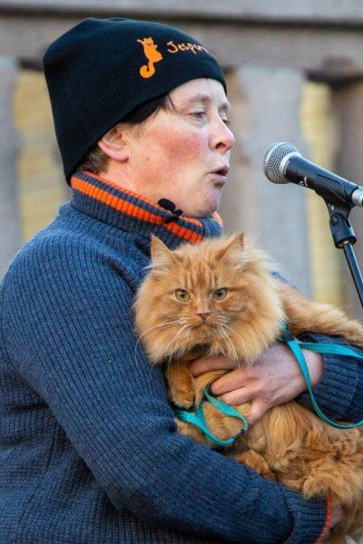 Aina Stormo med katten Jesperpus holdt appell på vegne av alle de hjemløse dyrene i Norge. Foto: Lena Kristiansen.